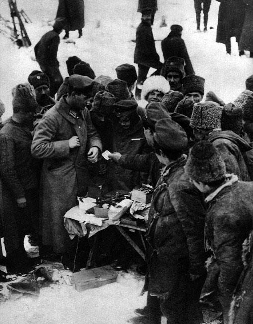 Zbratanie wrogów. Rosyjscy i niemieccy żołnierze handlują ze sobą na Froncie Wschodnim. W tym zadziwiającym konflikcie, w którym główną zasadą strategiczną było jak najskuteczniejsze wykrwawienie przeciwnika, zwykłych żołnierzy stać było na odrzucenie nienawiści i dostrzeżenie we wrogu człowieka. Już w pierwszych miesiącach wojny dochodziło do bezpośrednich, koleżeńskich kontaktów pomiędzy przedstawicielami obu stron na Froncie Zachodnim. Później koszmar walk w okopach uczynił podobne stosunki niemożliwymi. Na Froncie Wschodnim spotkania takie, jak na zdjęciu zdarzały się nierzadko. Sprzyjało temu dobre samopoczucie żołnierzy niemieckich, odnoszących od 1915 r. sukcesy na terytorium przeciwnika, i ogromne zmęczenie wojną żołnierzy cara, którzy serdecznie nie znosili własnego dowództwa.