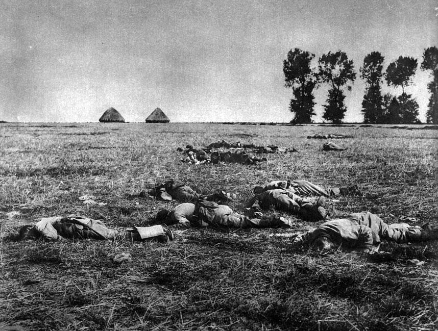Krach planu Schlieffena. Twardy opór Belgów, Anglików i Francuzów, na jaki niemieckie dywizje napotkały na Zachodzie wykrwawił siły najeźdźców, zmuszając do wycofania się z części zajętych terenów. Pola nad Marną zasłane zostały tysiącami poległych. Masowość ofiar zapowiadała ogrom przyszłych strat.