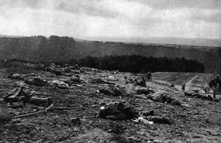 Polegli Austriacy na Froncie Wschodnim. Chociaż na wschodzie Europy walki nie polegały wyłącznie na opętańczych atakach na okopy przeciwnika, a front przesuwał się w wyniku gigantycznych ofensyw, to i tu śmiertelność walczących była ogromna. I tu walczący padali pokotem pod ogniem wroga.