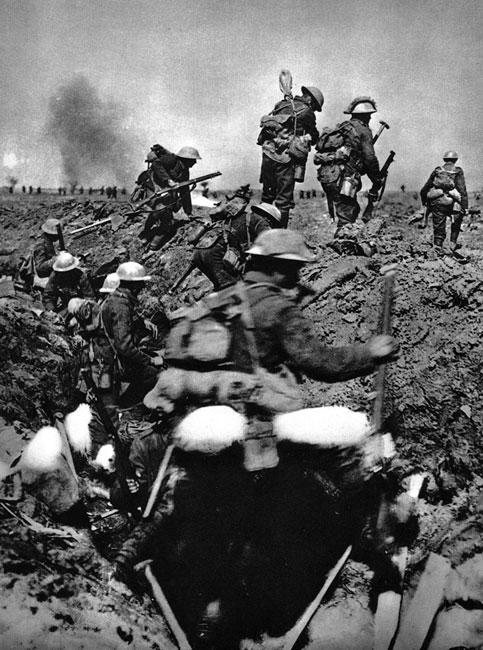 Anglicy atakują. Również państwa koalicji pchały swych żołnierzy na pewną śmierć. W pełnym rynsztunku, z ciężkimi plecakami - batalion za batalionem, tyraliera za tyralierą - wprost pod lufy karabinów maszynowych.
