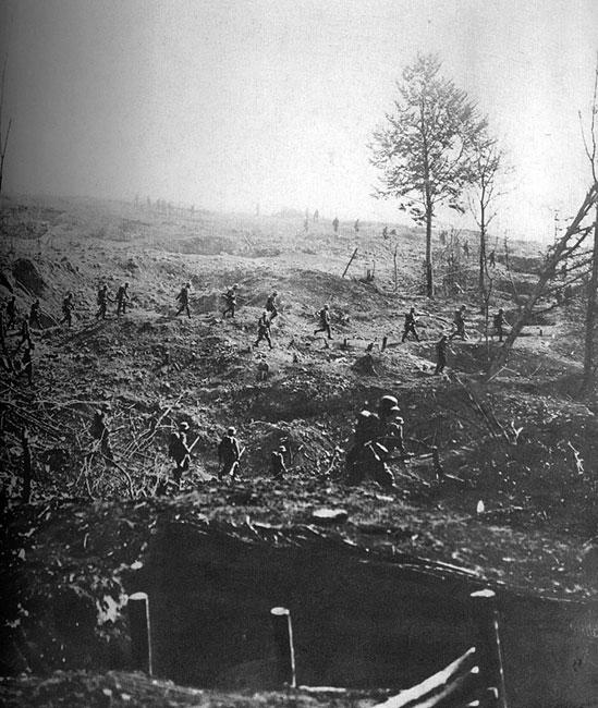 Niemiecka piechota w natarciu pod Cambrai w końcu 1917 roku. Im dłużej trwał konflikt, im cięższe straty ponosiły walczące państwa, z tym większą desperacją podejmowały próby złamania przeciwników. Nawet Niemcy, którzy już w końcu 1915 roku odczuli stopniowe wyczerpywanie się rezerw, próbując bronić się przed aliantami, rozpoczynali potężne ofensywy. Kosztowały one dziesiątki tysięcy ofiar