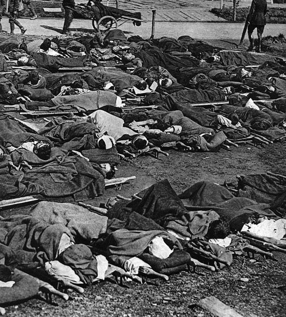 Ranni w angielskim szpitalu polowym. Po załamywaniu się kolejnych ataków znacząca większość żołnierzy powracała na swoje pozycje ciężej lub lżej okaleczona. Ci, którzy nie mogli samodzielnie powrócić z pasa ziemi niczyjej, musieli czekać do zmroku na patrole sanitarne, zabierające rannych. Przyfrontowe lazarety ratowały życie żołnierzy swoich, ale także i wrogów... Pomimo wysiłków lekarzy, śmiertelność wśród rannych była bardzo wysoka.