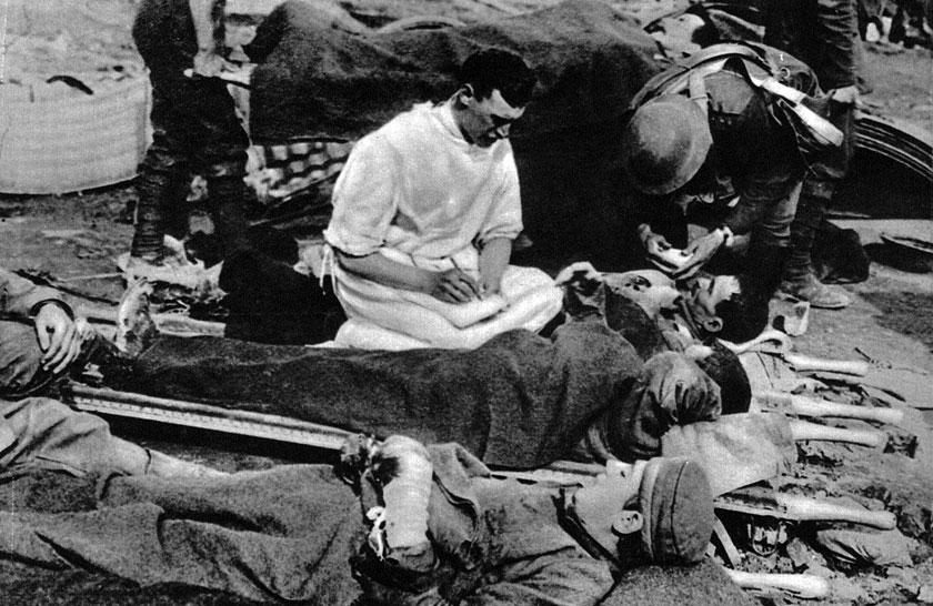 Rejestracja rannych jeńców niemieckich w angielskim szpitalu polowym. Przeżyli starcie, oczekują na pomoc. Choć są w niewoli, mogą się uznać za szczęściarzy - zajmą się nimi lekarze, a za pośrednictwem Czerwonego Krzyża rodzina dowie się o ich losie. Mają szansę powrócić do domu - być może oni nie powiększą krwawej statystyki Wielkiej Wojny. W otchłani przemocy stać było ludzi na szacunek dla wroga...