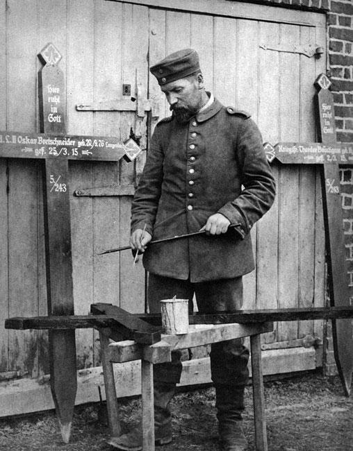 Żegnajcie koledzy... Niemiecki żołnierz maluje na krzyżach imiona, nazwiska, miejsca i daty urodzenia oraz daty śmierci poległych. Jednak nie wszyscy, którzy zginęli, złożeni zostali w tak oznaczonych grobach. Wielu zaginęło - zasypała ich ziemia, rozszarpały artyleryjskie pociski, nie zidentyfikowano zmasakrowanych zwłok. Ta wojna odarła misterium śmierci z jej ludzkiego wymiaru.