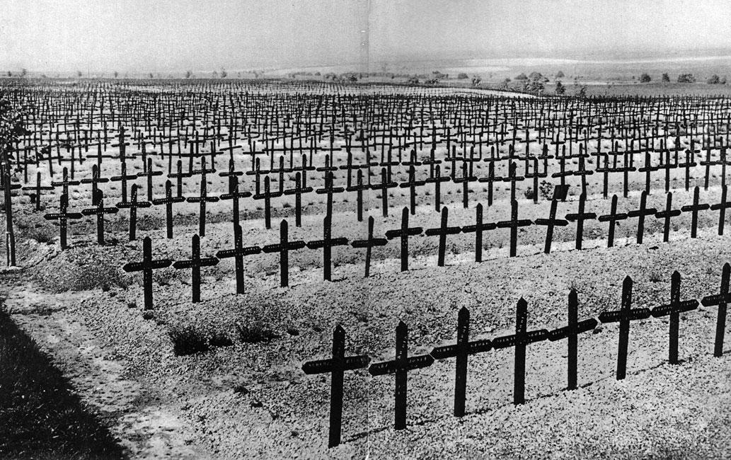 Pamiątka. Bezkresne cmentarze, nie kończące się szpalery krzyży, ziemia przesiąknięta krwią. Spoczywający pod ziemią żołnierze osierocili dzieci, pogrążyli w żałobie rodziców, żony, bliskich... Spisy spoczywających na dawnych polach bitewnych żołnierzy były wielkimi listami nieobecności. Pamięć o milionach poległych nie powstrzymała jednak ludzi przed następną wojną. Nekropolie lat 1914-1918 nie zapobiegły eskalacji zbrodni w wieku XX. Mało kto zdawał sobie w 1918 roku sprawę, że Pierwsza Wojna Światowa była dopiero początkiem makabrycznych doświadczeń ludzkości. Stanowiła ona zapowiedź czasów, w których z zimną bezwzględnością na zagładę skazywano całe narody.
