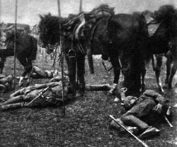 Konie i ludzie odpoczywają. Szybkie niemieckie jednostki kawaleryjskie siały popłoch w pierwszych dniach wojny na terenie Belgii i północnej Francji. Wyposażeni w szable i czterometrowe lance jeźdźcy sprawnie posuwali się naprzód, aż do chwili, gdy ich szarże załamały się pod ogniem Belgów pod Brukselą i pod szablami Anglików pod Soignies. Choć więc początek wojny był dość tradycyjny, w późniejszym czasie - zwłaszcza na Zachodzie - jazda nie odgrywała już większej roli.