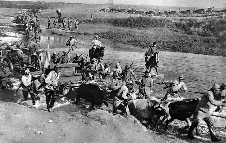 Oddziały bawarskie podczas walk w Mezopotamii. Na odległych frontach, w trudnych egzotycznych warunkach, gdy brakło koni, wykorzystywano dla ciągnięcia ciężkich armat nawet woły.