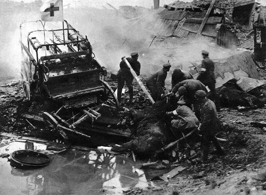 Rozbity ambulans. Ogień artyleryjski był ślepy w swej sile zniszczenia. Dosięgał, chronione konwencjami międzynarodowymi, służby medyczne, zabijał konie. Uprzątnięcie szczątków padłych zwierząt dostarczało niemało kłopotu - ich zaleganie na polach bitew stanowiło wielkie zagrożenie sanitarne. Trudno było w strefie przyfrontowej utrzymać we właściwym stanie żywe konie, trudno było pozbyć się ich, gdy zostały zabite.
