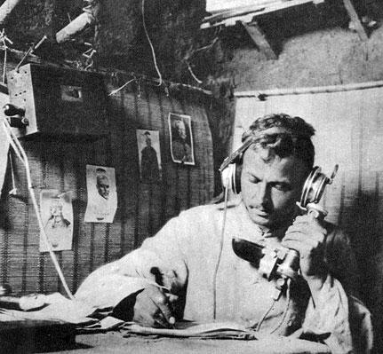 Niemiecki telefonista w ziemiance. Łączność stanowiła najsłabszy i najczulszy punkt walczących armii. Najwyższe szczeble dowodzenia wykorzystywały do kontaktowania się z podległymi im wojskami istniejące linie telegraficzne oraz radiotelegraf. Przechwytywanie przez wywiad niemiecki rozkazów rosyjskich dowódców, przesyłanych drogą radiową, odegrało znaczną rolę w odniesieniu zwycięstwa w Prusach Wschodnich latem 1914 roku. Na niższych szczeblach - w oddziałach biorących bezpośredni udział w walce wykorzystywano prostsze sposoby komunikowania się. W początkowym okresie wojny wykorzystywano zwłaszcza łączników pieszych, na rowerach i zmotoryzowanych. Stosowana była także sygnalizacja świetlna, używano gołębi pocztowych i specjalnie szkolonych psów. Tradycyjne metody łączności były nie wystarczające w nowych warunkach walki, przy zaangażowaniu setek tysięcy żołnierzy. Z czasem podstawowym środkiem łączności stał się telefon. Pozwalał on na sprawną komunikacje sztabów z nawet najbardziej odległymi oddziałami. Poważnym problemem było jednak utrzymanie linii telefonicznych, stale rwanych przez ogień artyleryjski.
