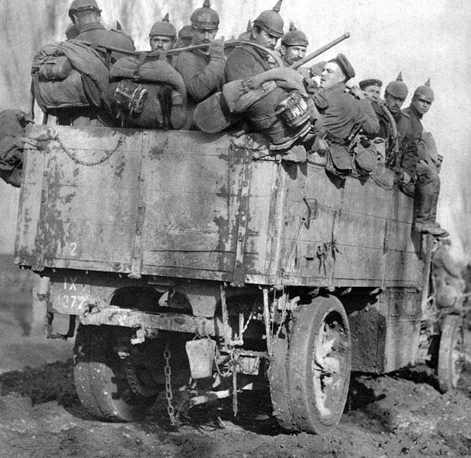 Niemieckie odwody w drodze na front. Doświadczenia francuskie z bitwy nad Marną w 1914 roku, gdy naprędce zorganizowany transport samochodowy przyczynił się do ocalenia Paryża, wykorzystywano chętnie na wszystkich frontach. Przedstawieni na zdjęciu, ciasno stłoczeni na małej ciężarówce żołnierze zapewne mieli możliwie szybko wesprzeć walczących kolegów.