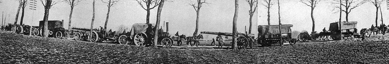 Aliancka artyleria w marszu - jesień 1918 roku. Gdy w ostatnich tygodniach wojny sprzymierzeni podjęli decydującą ofensywę, gdy liczyła się szybkość i siła ognia, kolumny artylerii pokonywały drogi Flandrii nie tylko przy rżeniu koni i łoskocie podków, lecz także grzmiąc silnikami samochodowych ciągników. Tak oto pod sam koniec wojny stykały się ze sobą dwie metody walki, dwie metody zadawania śmierci - tradycyjna, z wolna odchodząca w przeszłość i nowa - mająca zdominować przyszłość.