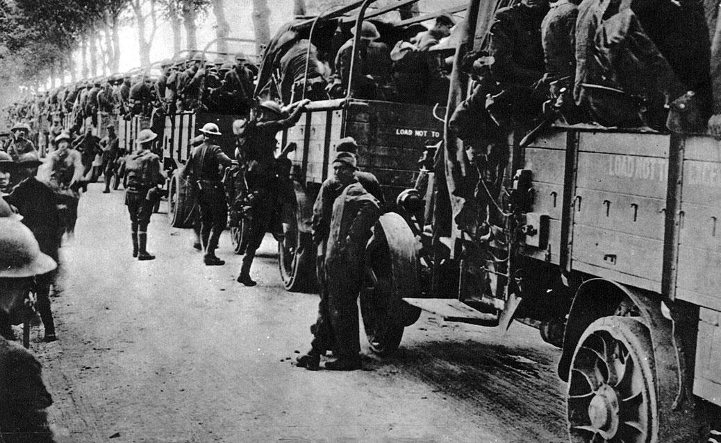 Amerykański transport samochodowy. Stany Zjednoczone zaangażowały się w wojnę w iście amerykańskim stylu. Choć umundurowanie i wyposażenie nie należało do najnowocześniejszych, to jednak europejscy sojusznicy olśnieni zostali tym, w czego rozwoju Ameryka rzeczywiście przodowała - transportem. Tysiące żołnierzy dowożone były na front specjalnie przystosowanymi samochodami ciężarowymi, co znacząco przyczyniło się do szybkości działań alianckich.