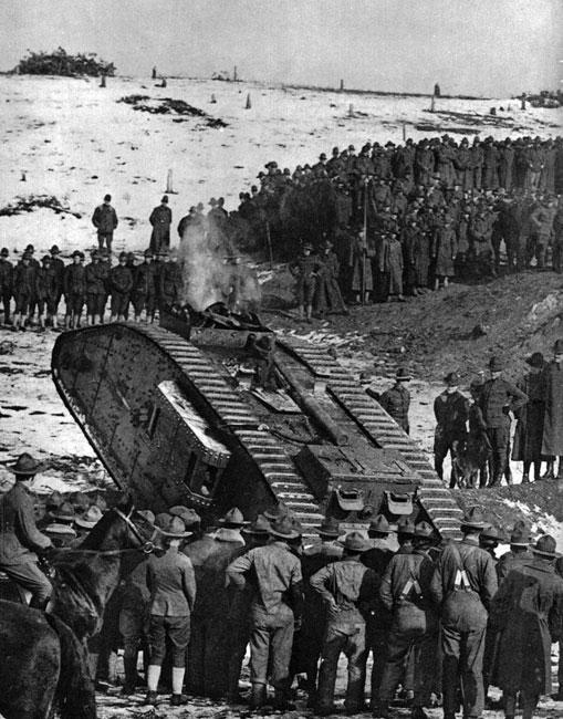 Jak oswoić się ze stalowym potworem? Amerykanie obserwują pokazy czołgowe. Widok blisko trzydziestu ton żelaza plujących ogniem dział i karabinów maszynowych przerażał nie tylko broniących się w okopach Niemców. Także i żołnierze alianccy obawiali się zbyt bliskiej styczności z nowym typem broni. Niezbędne było zapoznanie ich z jej sposobem działania i możliwościami.