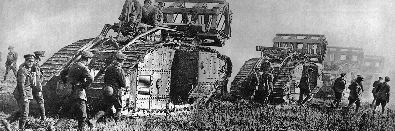 Kolumna angielskich czołgów szykuje się do natarcia pod Cambrai. Na kadłubach pojazdów umocowane ażurowe, stalowe konstrukcje, mające ułatwiać pokonywanie okopów przeciwnika. Bitwę pod Cambrai na przełomie listopada i grudnia 1917 roku nazwano