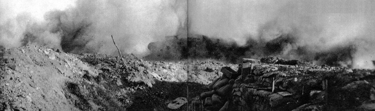 W okopach wroga. Tam gdzie rzadko docierały atakujące oddziały piechoty, czołg sunął niemal nie powstrzymany. Dudniąc potężnym silnikiem, wyrzucając spod gąsienic gejzery ziemi i błota, paraliżował atakowanych. Pełna dynamiki fotografia ukazuje moment forsowania niemieckich linii obronnych przez Mark I. Charakterystyczne, że w kadrze nie widzimy ani jednego obrońcy.