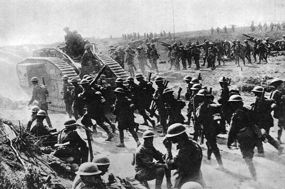 Anglicy atakują. W ślad za czołgami, pod osłoną ich pancerzy nacierała piechota. Nie była już tak beznadziejnie bezbronna jak w pierwszym okresie wojny, na ziemi niczyjej, naprzeciw karabinów maszynowych. Użycie broni pancernej, jej skuteczność znacznie podniosły morale wojsk Ententy.