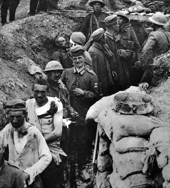 Po walce - Anglicy na zdobytych w wyniku ataku czołgowego stanowiskach niemieckich. Z twarzy zakrwawionych, poranionych Niemców nie zniknął jeszcze paniczny przestrach, jakiego doświadczyli. Anglicy wydają się być oszołomieni prędkim sukcesem. Rok 1918 - czołgi mają swój udział w urzeczywistnieniu tego, co nie było możliwe przez cztery lata...