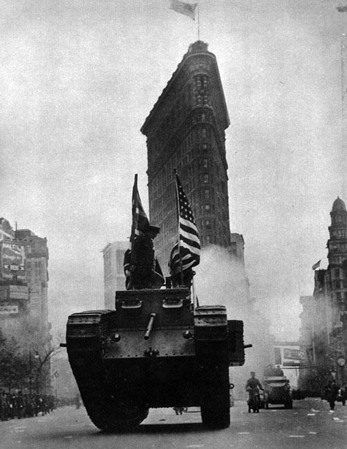 Czołgi na ulicach Nowego Jorku. Mark I stał się symbolem Wielkiej Wojny. W jej trakcie był także symbolem wysiłku aliantów, symbolem słusznej sprawy. Władze amerykańskie wykorzystywały go jako element propagandy służącej skłonieniu obywateli Stanów Zjednoczonych do wspierania wysiłku militarnego ich państwa.