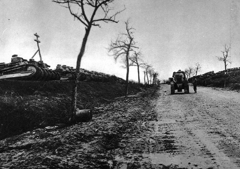 Francuskie wojska pancerne. Dziesiątki czołgów przygotowane do udziału w ofensywie 1918 roku. Doceniwszy znaczenie broni pancernej, Francuzi skonstruowali nowoczesny, jak na owe czasy, wóz Renault M 1917 FT. Ważył niecałe 7 ton, wyposażony był w jedną armatę lub karabin maszynowy, rozwijał prędkość do 8 km/godz., jego załogę stanowiło 2 ludzi. W czasie wojny używali go także Anglicy, Amerykanie i Włosi. Był jedną z najtrwalszych pamiątek Wielkiej Wojny. Eksportowany przez Francję na cały świat, w wielu armiach używany był aż do 1939 roku.
