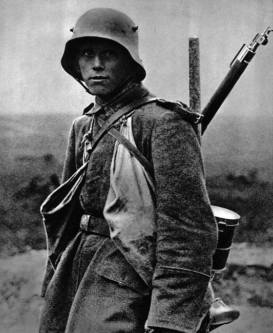 Wyposażenie niemieckiego piechura. Stalowy hełm, karabin, łopata, torby z granatami: podstawowe atrybuty uczestnika wojny pozycyjnej - broniącego własnych okopów, lub atakującego pozycje wroga. Od 1915 roku rynsztunek ten uzupełniony został przez maskę przeciwgazową. Przewieszona przez ramię, ukryta w blaszanej, cylindrycznej puszce stała się cechą rozpoznawczą armii niemieckiej - zarówno w Pierwszej, jak i w Drugiej Wojnie Światowej.