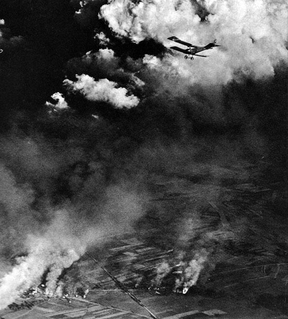 Niemiecki samolot zwiadowczy nad Galicją w 1915 roku. Przed wybuchem wojny wojskowi nie pokładali szczególnych nadziei w lotnictwie. Świadczyły o tym chociażby ilości samolotów, jakimi dysponowały poszczególne państwa. Niemcy miały ich 246, Austro-Węgry - 35, Rosja - 300, Francja - 160, Wielka Brytania - 110. Maszyny były nader niedoskonałe i trudno było sztabowcom wyobrazić sobie ich użyteczność. A jednak już pierwsze tygodnie wojny uzmysłowiły, jak wielkie usługi mogą oddać siły powietrzne. Rajdy rozpoznawcze pilotów niemieckich nad Prusami Wschodnimi pozwoliły zaplanować i przeprowadzić skuteczne działania przeciwko nacierającym wojskom rosyjskim. Podobną rolę odegrał francuski zwiad powietrzny nad maszerującymi na Paryż oddziałami niemieckimi. Gdy działania wojenne przybrały charakter wojny pozycyjnej piloci dostarczali sztabom informacji o przebiegu linii obronnych, stanowiskach artylerii, koncentracjach wojsk zwiastujących nowe natarcie. Zaopatrzenie samolotów w radiostacje, w początkach 1915 roku, pozwoliło lotnikom kierować ogniem artylerii. Z biegiem czasu walczące strony, doceniając walory samolotu, coraz bardziej udoskonalały i rozbudowywały swe floty powietrzne.