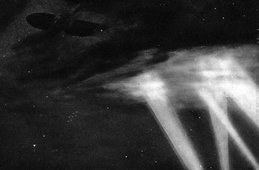 Zeppelin nad pogrążonym we śnie Londynem. W początkowym okresie wojny znaczącą rolę w działaniach powietrznych odgrywały sterowce. Ich ojczyzną były Niemcy, a konstruktorem hrabia Ferdynand von Zeppelin, od którego nazwiska wzięły swą popularną nazwę. Podniebne kolosy wydawały się być bardziej użyteczne od aeroplanów. Mogły zabrać liczniejszą załogę i daleko cięższy ładunek. Z tego względu wykorzystywano je do bombardowania terytorium przeciwnika. Bomby zrzucano na obiekty wojskowe, ale także i na miasta. Palma pierwszeństwa w tym haniebnym procederze przypadła Niemcom. 6 sierpnia 1914 roku zbombardowali oni Liege, a w nocy z 24 na 25 sierpnia - Antwerpię. W wyniku tych barbarzyńskich akcji śmierć ponieśli niewinni cywile. Niemałe znaczenie miały również zwiadowcze walory sterowców. W końcu sierpnia 1914 roku załoga niemieckiego SL 2 dokonała zwiadu aż 480 kilometrów poza pozycjami rosyjskimi! W późniejszym okresie wojny głównym celem zeppelinów stały się miasta brytyjskie, w tym zwłaszcza Londyn.