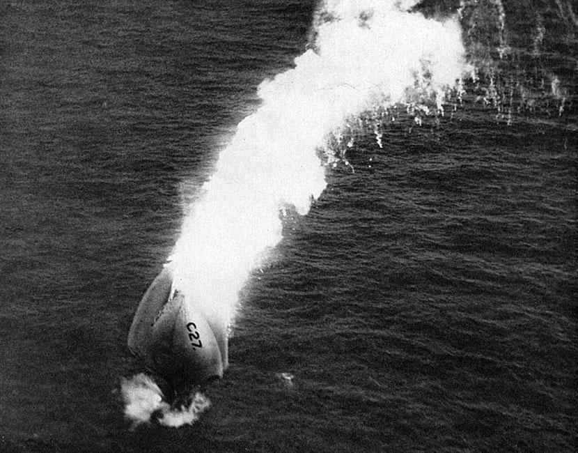 Płonący brytyjski sterowiec spada do morza... Choć sterowce używane były przede wszystkim przez Niemców (w chwili wybuchu wojny posiadali ich 11), to także i inne państwa nie pogardzały tymi maszynami. Anglicy posiadali ich 6, Francuzi - 5, a Rosjanie - 11. Posiadały one jednak i słabe strony. Były stosunkowo łatwe do zestrzelenia przez ogień artylerii, a nawet karabinów maszynowych przeciwnika. Wystarczyło, że wypełnione wodorem cygaro znalazło się na wysokości 1000 - 1500 metrów, a stawało się niemal bezbronne. Jeżeli pociski obrony przeciwlotniczej spowodowały wybuch gazu unoszącego sterowiec, jego resztki spadały niczym ogromna pochodnia, a załoga ginęła w płomieniach.