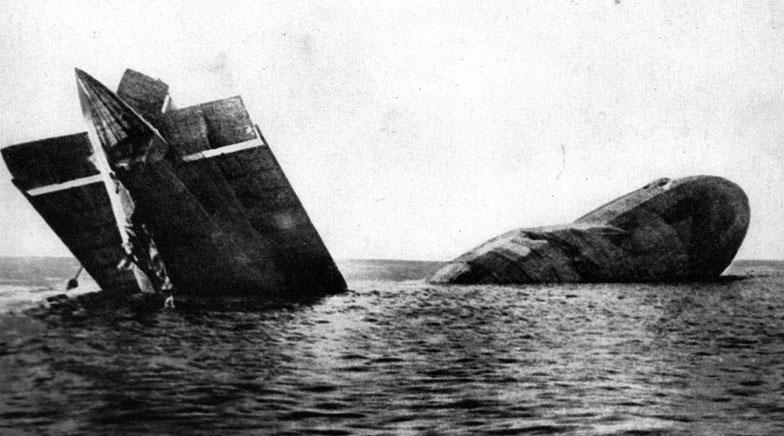 Koniec pirackiego lotu sterowca L 15. Dążąc do psychicznego załamania Anglików, Niemcy - począwszy od stycznia 1915 roku - prowadzili strategiczne bombardowania Wysp Brytyjskich przy użyciu flotylli sterowców. Największa tego typy akcja miała miejsce we wrześniu 1916 roku i właśnie wówczas po raz pierwszy udało się strącić zeppelina nad angielskim niebem. Jego załoga spłonęła. Więcej szczęścia mieli Niemcy z przedstawionego na fotografii L 15. Brał on udział w rajdzie na Londyn w nocy z 31 marca na 1 kwietnia 1916 roku. Ostrzelany przez obronę przeciwlotniczą nie eksplodował, zaczął jednak gwałtownie tracić gaz wydostający się z rozerwanych powłok. Wprawdzie obsłudze pokładowych karabinów maszynowych udało się odeprzeć atak angielskiego samolotu, jednak próba ucieczki przez kanał nie powiodła się i zeppelin wpadł do morza. Jego załogę wziął na swój pokład brytyjski okręt.