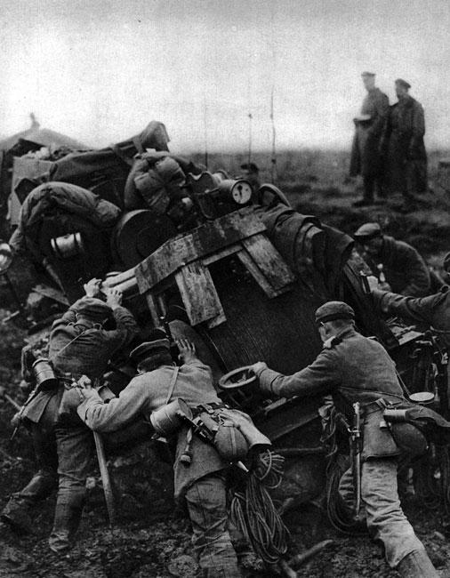 Naziemna obsługa sterowca. Niemieccy żołnierze wydostają z błota urządzenia do obsługi zeppelina. Uciążliwości w stosowaniu sterowców wynikały nie tylko z braku bezpieczeństwa załogi. Poważnych kłopotów dostarczał również transport koniecznego sprzętu. Zmontowanie i napełnienie gazem ogromnej czaszy było czasochłonne, wymagało znacznego wysiłku i posiadania odpowiedniego zaplecza technicznego. Dlatego też pod koniec wojny sterowce zostały wyparte przez potężne samoloty bombowe.