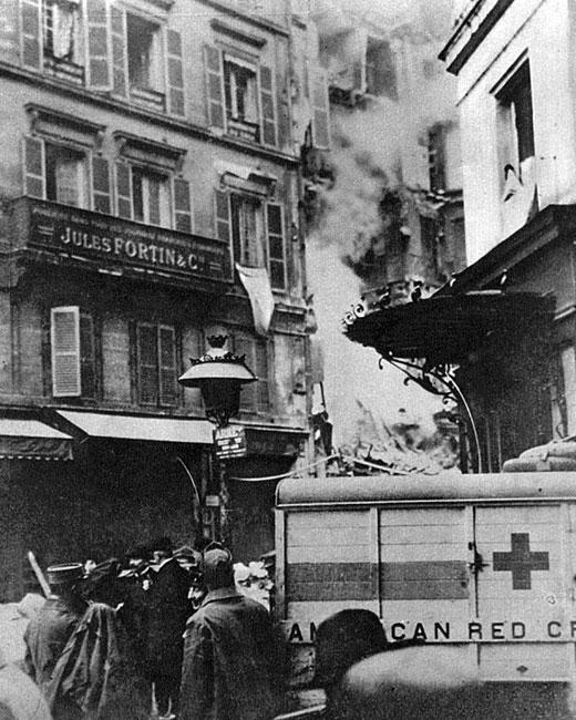 Bombardowanie Paryża. Metropolia nad Sekwaną po raz pierwszy została zbombardowana z powietrza 30 sierpnia 1914 roku. W wyniku samotnego rajdu samolotu Taube   (gołąb) jedna osoba została zabita, a dwie ranne. 11 października dwa niemieckie