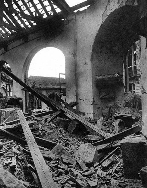 Muzeum w Trewirze po zbombardowaniu przez aliantów. Obie strony konfliktu nie oszczędzały ani ludności cywilnej, ani obiektów stanowiących dobra kultury. Wojna spowodowała przeświadczenie, że każda metoda jest dobra i usprawiedliwiona, jeżeli tylko może przyczynić się do złamania przeciwnika.