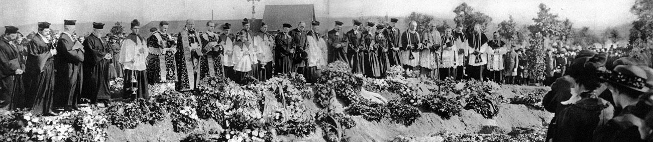 Pogrzeb ofiar francuskiego nalotu na Karlsruhe. 22 czerwca 1916 roku piętnaście samolotów Caudron G.4 zbombardowało niemieckie Karlsruhe akurat w czasie, gdy odbywało się przedstawienie cyrkowe. Mieszkańcy miasta, w tym także zebrani w cyrku widzowie, nie zostali w porę ostrzeżeni przez alarm lotniczy. Zabitych zostało 85 dzieci i 34 osoby dorosłe. 169 osób było ciężko rannych. Była to jedna z największych tragedii Wielkiej Wojny.