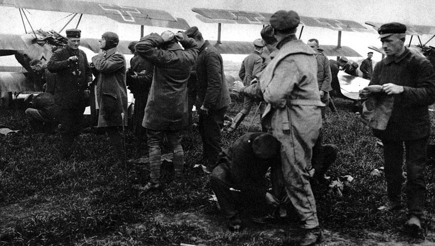 Alarm na niemieckim lotnisku samolotów myśliwskich. Świadectwem rozwoju lotnictwa w czasie wojny było między innymi konstruowanie coraz doskonalszych maszyn przeznaczonych do konkretnych celów. Obok, aeroplanów rozpoznawczych, łącznikowych, bombowych, pojawiły się szybkie i zwrotne myśliwce, które miały tropić i zestrzeliwać samoloty przeciwnika. Ich rola stale wzrastała - strzegły one własnych wojsk i ludności cywilnej przed atakami z powietrza.