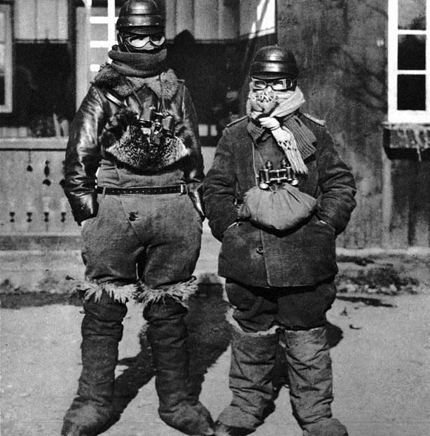 Zimowy ubiór pilotów. Znaczenie sił powietrznych było tak duże, że nawet najcięższe mrozy nie osłabiały ich aktywności. Lotnicy, w otwartych kabinach, wystawieni na podmuchy lodowatego wiatru, odbywali loty bojowe. Przed zimnem miały ochronić ich podobne uniformy.