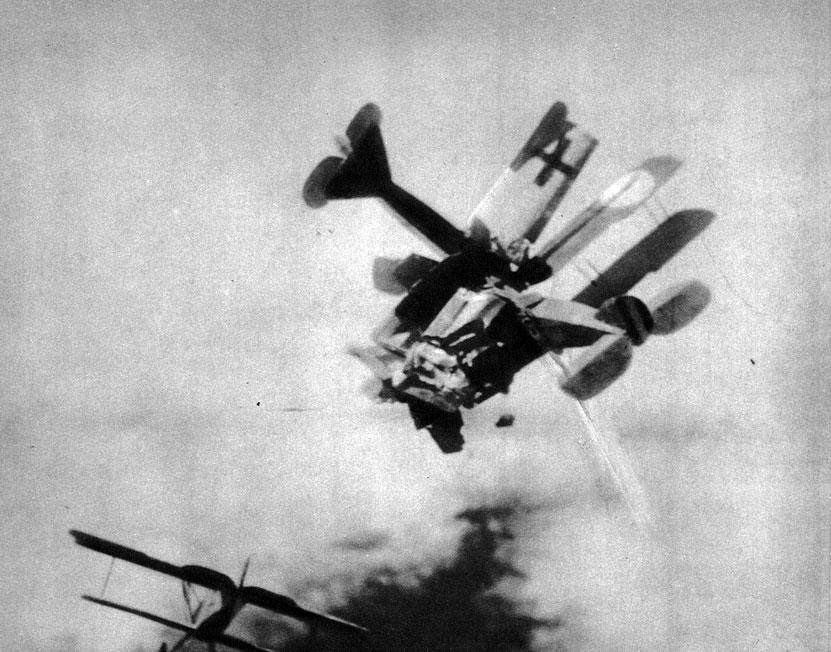 Niemiecki samolot taranuje aliancką maszynę. Zawziętość walczących ze sobą pilotów prowadziła niekiedy do sytuacji, jak ta przedstawiona na fotografii. Pierwszym, który zdecydował się na podobnie desperacki krok był rosyjski kapitan Piotr Niestierow. W sierpniu 1914 roku staranował on austriacki samolot pilotowany przez barona von Rosenthala. Rosjanin zginął, lecz jego przeciwnik zdołał ujść z życiem.