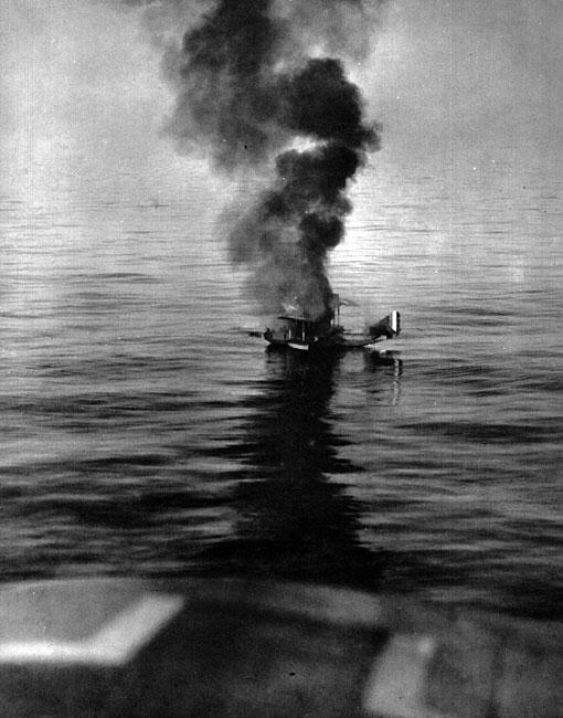 Ofiara niemieckiego myśliwca. Choć brytyjski samolot zestrzelony został w pobliżu angielskiego wybrzeża, nie zdołał jednak bezpiecznie dotrzeć do stałego lądu. Znaczne sukcesy odnoszone przez niemieckich pilotów w walkach powietrznych były efektem zaopatrzenia ich maszyn w mechanizm synchronizacyjny umożliwiający strzelanie z karabinu maszynowego poprzez wirujące śmigło. Autorem opracowanego w połowie 1915 roku wynalazku był pracujący dla Niemców holenderski konstruktor Anthony Fokker.