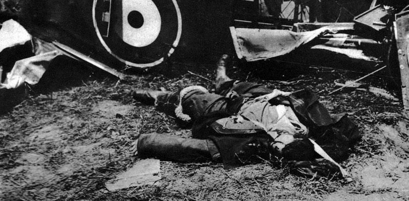 Poległy pilot angielski. Śmiertelność wśród lotników była ogromna. Ginęli w wyniku walk powietrznych, od ostrzału obrony przeciwlotniczej, często także wskutek awarii samolotów i wypadków podczas lądowania. Tragiczny los nie omijał nawet najwybitniejszych asów lotnictwa. Ich bohaterskie czyny i tragiczne okoliczności śmierci tworzyły wokół lotnictwa wojskowego, a zwłaszcza myśliwskiego aurę szczególnej legendy.
