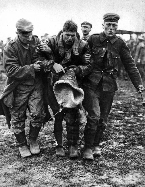 Pierwsze chwile w niemieckiej niewoli. Podziw i szacunek dla pilotów były tak duże, że nawet pojmanych przeciwników traktowano z dużą kurtuazją. Nie tylko niesiono im pomoc, gdy byli ranni, jak przedstawiony na zdjęciu Anglik, ale zdarzało się, że podejmowano ich kolacją... Godnie traktowano również poległych. Zestrzelony w kwietniu 1918 roku przez australijskiego pilota as lotnictwa niemieckiego Manfred von Richthofen, którego sławny szkarłatny samolot spadł na terytorium alianckie, pochowany został ze wszelkimi honorami wojskowymi.