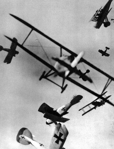 W powietrzu robi się gęsto... Pierwsza Wojna Światowa przyniosła prawdziwy przełom w stosowaniu broni powietrznej. Swoistym tego wyrazem były ilości samolotów wyprodukowanych w latach 1914 - 1918 dla potrzeb walczących armii. Francuskie fabryki opuściło ponad 52 tys. aeroplanów, angielskie - blisko 48 tys., niemieckie - 47 tys. Inne państwa, w miarę swych możliwości również rozwijały przemysł lotniczy. Ogromny postęp dokonał się w pracowniach konstruktorów. Nikt nie wątpił już w straszliwą użyteczność tego rodzaju broni.