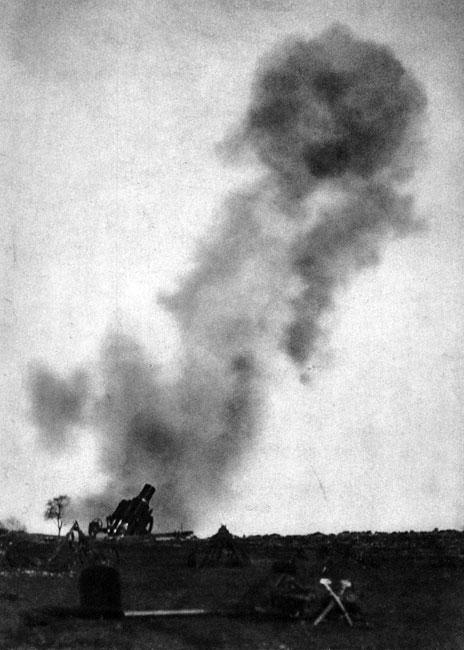 'Gruba Berta' - najcięższy niemiecki moździerz w akcji. Sztabowcy niemieccy, w przeciwieństwie do Francuzów, już przed wojną ogromną wagę przykładali do zaopatrzenia swej armii w najcięższą artylerię. Miała ona skruszyć umocnienia, strzegące francuskiej granicy. Iście monstrualnym osiągnięciem niemieckich inżynierów był skonstruowany w zakładach Kruppa w Essen moździerz kalibru 420 mm. Mierzył on 7,5 metra długości, ważył blisko 90 ton. Skuteczny ostrzał mógł prowadzić na odległość 14 km. Pocisk metrowej długości ważył 800 kilogramów. Machinę obsługiwało 200 ludzi! Poważnych trudności dostarczał transport potwornego kolosa. Mógł on być przewożony koleją, po uprzednim rozmontowaniu na części, przy czym niezbędne były do tego dwie lokomotywy. Latem 1914 roku pośpiesznie prowadzono prace nad przystosowaniem moździerzy do samo-dzielnego transportu drogowego - tak, by mogły zostać użyte przeciwko niespodzianie broniącym się Belgom...