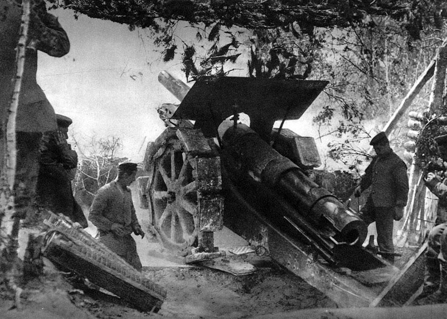 Niemiecka armata podczas walki. W warunkach wojny pozycyjnej, po ustabilizowaniu się linii frontu, rola artylerii wzrosła. Ostrzał armatni niszczył pozycje przeciwnika, siał śmierć w jego szeregach, zrywał umocnienia i zasieki strzegące dostępu do okopów. Przygotowanie artyleryjskie poprzedzające ofensywę trwało wiele godzin, a często wiele dni i nocy. Huk armat nieustannie towarzyszył żołnierzom. Jego dalekie echa słyszano także daleko na tyłach: w Paryżu, a nawet w Londynie.