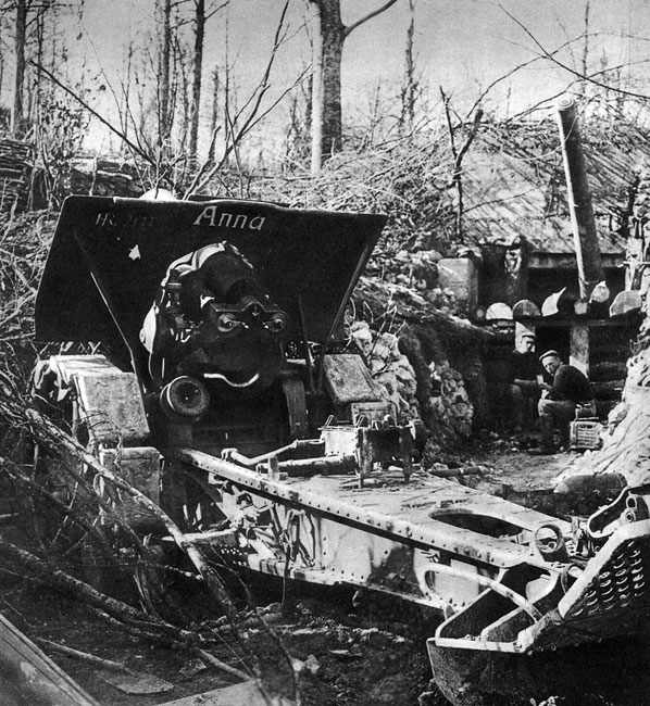Artylerzyści niemieccy na zdobytych francuskich stanowiskach ogniowych. 'Anna' - takie imię nadali niemieccy żołnierze swej armacie kaliber 210 mm. Zdjęcie wykonano w 1916 roku w okolicach Verdun, stąd obok - w betonowym schronie - widać lufę francuskiego działa. Podczas gigantycznej ofensywy niemieckiej niszcząca siła artylerii dała o sobie ponownie znać, umożliwiając Niemcom osiągniecie pewnych sukcesów i przejściowe opanowanie części francuskich pozycji.