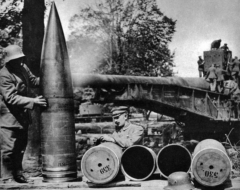 Amunicja niemieckiego działa kolejowego. W końcowym okresie wojny, wiosną i latem 1918 roku, Niemcy nie zaniechali nękania dalekich tyłów przeciwnika. Aby siać spustoszenie, ale przede wszystkim panikę wśród ludności cywilnej, wprowadzili do akcji ogromne działa kolejowe o kalibrze 380 mm. Wystrzeliwane z nich gigantyczne pociski, przedstawione na zdjęciu, miały złamać Francuzów i zmusić ich do kapitulacji.