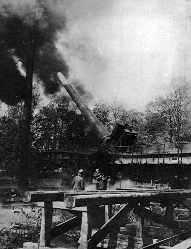 Salwa stalowego kolosa. W miejscowości Crepy - 120 km od stolicy Francji Niemcy ustawili wpierw jedną, a potem jeszcze trzy 380 mm armaty. Mimo ogromnej odległości, prowadziły one ostrzał Paryża. Choć napawały trwogą mieszkańców miasta, to nie powodowały znaczniejszych zniszczeń i nie mogły w żaden sposób wpłynąć na losy wojny. Psychologiczny efekt prowadzonego z wielkiego dystansu ostrzału starano się wykorzystać także i w czasie Drugiej Wojny Światowej. Rolę broni, zastraszającej ludność cywilną, przejęły niemieckie pociski rakietowe V-1, którymi bombardowano Londyn.