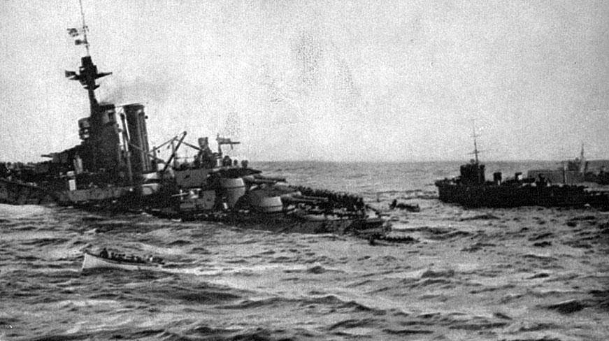 Ostatnie chwile H. M. S. 'Audacious'. Wielki brytyjski okręt liniowy klasy 'Dreadnought' tonie po eksplozji spowodowanej wejściem na minę 27 października 1914 roku. Stłoczona na pokładzie załoga ewakuuje się do szalup ratunkowych. Rozbitkowie uratowani zostali przez towarzyszące pechowemu okrętowi inne angielskie jednostki. Utrata