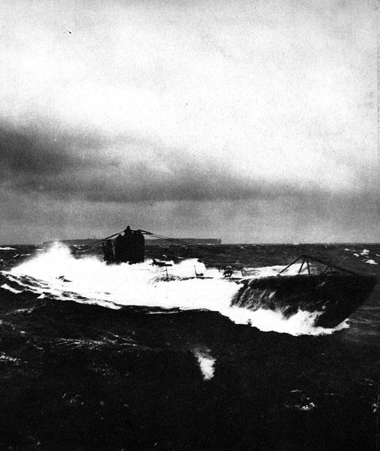 Niemiecki U-Boot w rejsie bojowym u wybrzeży Helgolandu. Już w pierwszych miesiącach konfliktu Anglicy uzyskali zdecydowaną przewagę na morzach. Szansę na odzyskanie inicjatywy dowództwo niemieckie widziało w podjęciu ofensywnych działań przez okręty podwodne. Przekonywającym wydarzeniem stał się sukces odniesiony przez łódź podwodną U 9, dowodzoną przez kapitana marynarki Otto von Weddigena. Jego jednostka natknęła się 22 września 1914 roku na zespół trzech brytyjskich krążowników patrolujących wybrzeże belgijskie. W ciągu zaledwie godziny Weddigen storpedował wszystkie trzy okręty angielskie. Na dno poszły 'Aboukir', 'Cressy' i 'Hogue'. Zginęło blisko 1500 marynarzy.