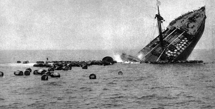 Francuski statek 'Héraut' zatopiony przez niemiecką łódź podwodną. Zacieśniający się pierścień blokady alianckiej paraliżował nie tylko flotę Rzeszy, ale także całą niemiecką gospodarkę, a - co za tym idzie - machinę wojenną państw centralnych. Porażką zakończył się niemiecki wypad przeciwko angielskim okrętom patrolowym w styczniu 1915 roku, kiedy to na Dogger Bank jednostki brytyjskie pokonały eskadrę admirała Franza von Hippera. Skłoniło to Niemcy do ogłoszenia 4 lutego 1915 roku nieograniczonej wojny podwodnej. Pomimo dysponowania nader szczupłymi siłami, niemieccy wojskowi liczyli na odcięcie Anglii od dostaw żywności i surowców. Od 18 lutego miały być zatapiane wszelkie jednostki wpływające na wody wokół Wielkiej Brytanii. Aby uniknąć komplikacji dyplomatycznych, polecono dowódcom U-bootów oszczędzanie statków amerykańskich i włoskich. Wkrótce władze niemieckie musiały jednak porzucić brutalną strategię...