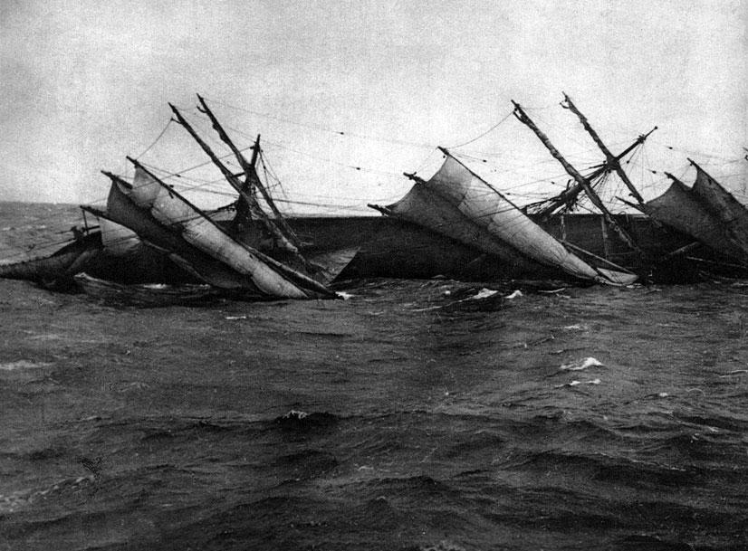 Rosyjski żaglowiec - kolejna ofiara niemieckiej floty. Początek 1916 roku przyniósł dalsze zaostrzenie wojny podwodnej. Atakowane miały być wszystkie uzbrojone alianckie statki handlowe. Desperacja Niemców wynikała z pogarszającej się sytuacji gospodarczej, a po części także z przyjętych przez Aliantów sposobów zwalczania U-bootów. Oto bowiem Anglicy wprowadzili tzw. statki - pułapki. Były to jednostki cywilne, pozornie nie uzbrojone, zaopatrzone jednak w starannie zamaskowane armaty. Otwierano z nich ogień do niemieckiej łodzi podwodnej, gdy ta, zgodnie z prawem pryzowym, po zatrzymaniu nieprzyjacielskiego statku i opuszczeniu go przez załogę, zbliżała się doń w celu zniszczenia jednostki. Używanie tego typu pułapek powodowało coraz brutalniejsze działania Niemców. 24 marca 1916 roku storpedowany został brytyjski statek pocztowy 'Sussex'. Ponieważ na jego pokładzie znajdowali się obywatele amerykańscy wywołało to ponowne protesty Stanów Zjednoczonych. I znów Niemcy, musieli ograniczyć aktywność U-bootów.