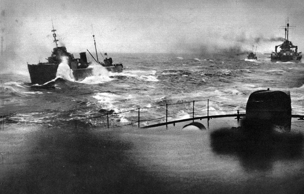Okręty niemieckie, osłaniane przez kutry torpedowe, w drodze na wody Cieśniny Skagerrak. Długotrwały impas w wojnie morskiej skłonił dowództwo niemieckiej floty do podjęcia próby sprowokowania pozostających w portach sił brytyjskich do wyjścia w morze i rozegrania wielkiej bitwy. Od kwietnia 1916 roku okręty Rzeszy ostrzeliwały angielskie porty, a sterowce bombardowały miasta wschodniej Anglii. 31 maja 1916 roku niemiecka eskadra krążowników dowodzona przez admirała Franza von Hippera, po opuszczeniu swych baz, wzięła kurs na Norwegię. W pewnej odległości za nią płynęły główne siły, dowodzone przez admirała Reinharda Scheera - inicjatora wyprawy. Liczył on, że Royal Navy zechce skorzystać z okazji, by rozbić flotyllę Rzeszy. Scheer miał nadzieję, że Anglicy, atakując siły von Hippera, wpadną w pułapkę.