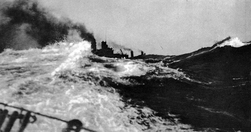 Okręty wojenne w Skagerrak. W bitwie jutlandzkiej zmierzyły się ze sobą zaiste ogromne floty. Anglicy dysponowali 159 okrętami, zaś Niemcy - 99. Jednostki wyposażone były w najcięższą artylerię. Na statkach brytyjskich znajdowały się armaty o kalibrze do 380 mm, na niemieckich - do 343 mm. Pojedynki artyleryjskie, trwające około 40 minut, prowadzono z odległości 14-15 km. Używano również torped. Starcia pomiędzy poszczególnymi zespołami okrętów trwały przez całą noc i część następnego dnia. Zakończyły się po południu 1 czerwca 1916 roku. Była to największa bitwa morska w dziejach, po krwawej masakrze pod Lepanto w 1571 roku. Żadna ze stron nie zrealizowała jednak swych zamiarów. Admirał Scheer, zorientowawszy w rozmiarach sił brytyjskich, zarządził powrót do baz. Jego wróg, admirał Jellicoe, stracił możność unicestwienia floty niemieckiej. Mimo to obie strony ogłosiły się zwycięzcami. Bezsporne były natomiast straty. Anglicy utracili 14 okrętów i 6094 poległych marynarzy. Niemcy - 11 jednostek i 2551 zabitych.